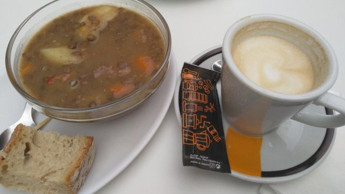 Twitter: Pide un café en un bar de Lugo y se lo sirven con una tapa de lentejas