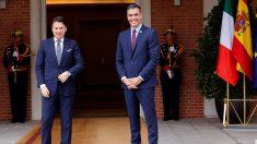 El presidente del Gobierno, Pedro Sánchez y el primer ministro italiano, Giuseppe Conte (i), en el Palacio de la Moncloa. EFE/ Chema Moya