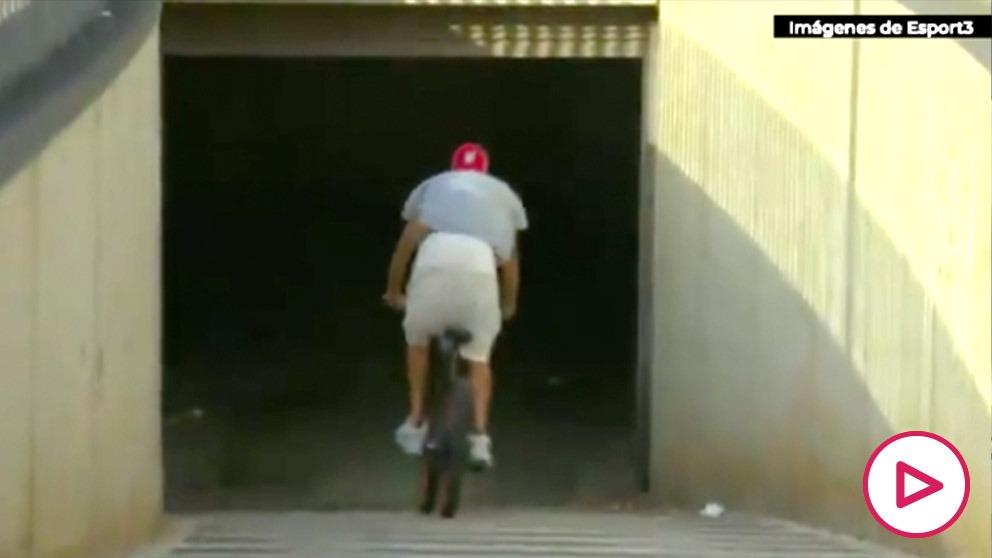 Gerard Piqué entró al Camp Nou en bicicleta.