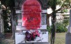 Atacan con pintura roja la lápidala tumba del socialista asesinado por ETA Fernando Buesa