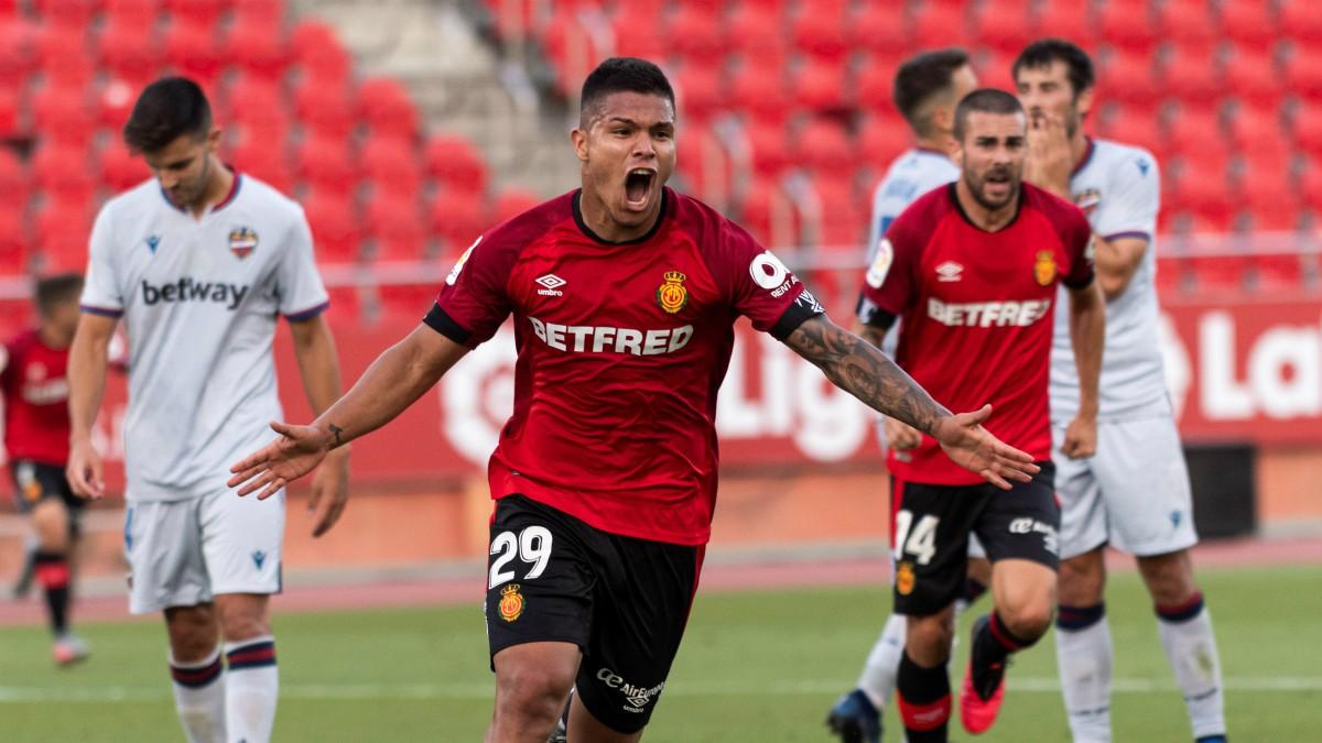 El Cucho Hernández celebra el 1-0. (EFE)