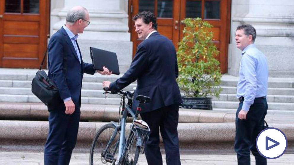 El ministro irlandés de Asuntos Exteriores, Simon Coveney, el líder del Partido Verde, Eamon Ryan, y el ministro de Finanzas y Gasto Público y Reforma, Paschal Donohoe. Foto