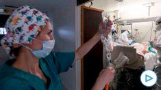 Médicos intensivistas trabajando contra el coronavirus.