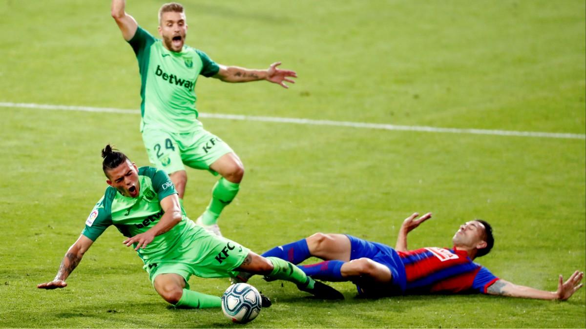 Silva y Charles caen en un choque. (EFE)