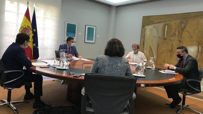 Sánchez reúne de urgencia a Illa y Simón en Moncloa tras duplicarse los casos de Covid en 24 horas