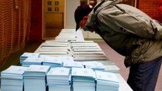 Un votante elige su papeleta en un colegio electoral. EFE/David Aguilar/Archivo