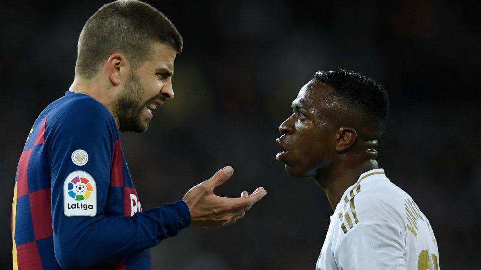 Piqué y Vinicius, durante un Clásico. (AFP)