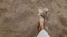 La terapia de arena caliente en la playa