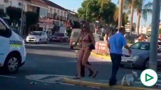 Mujer sale bailando del coche tras sufrir un accidente.