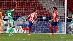 Diego Costa marca un gol al Betis. (EFE)