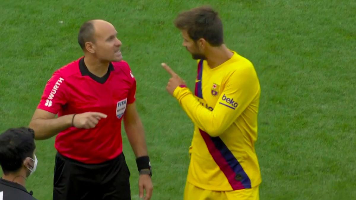 Piqué protesta a Mateu Lahoz.