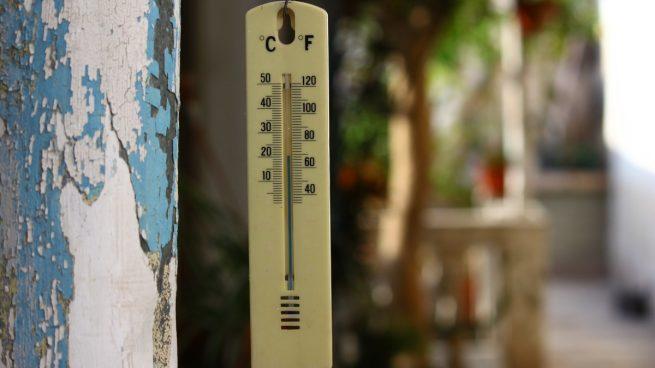 Un termómetro marca altas temperaturas.