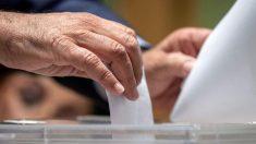 Hombre deposita su voto