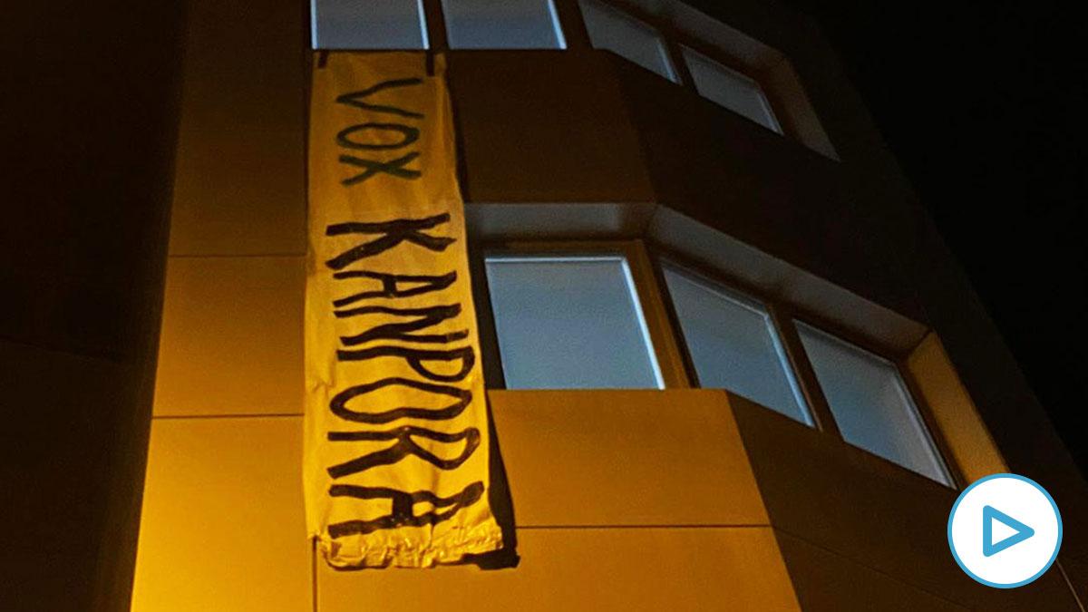 Pancarta que Vox ha colgado en su fachada