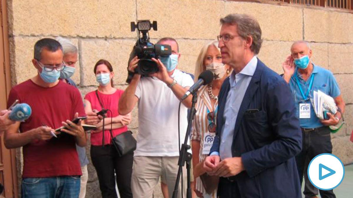 El presidente de la Xunta y candidato del PPdeG a la reelección, Alberto Núñez Feijóo, comparece ante los medios tras votar en el colegio vigués Niño Jesús de Praga. Foto: EP