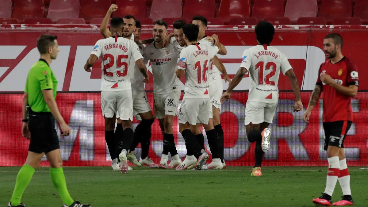 Los jugadores del Sevilla celebran el gol de Ocampos ante el Mallorca. (EFE)