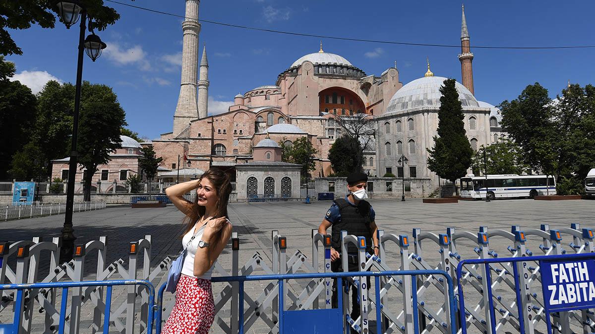 Una turista se fotografía con Santa Sofía al fondo, en Estambul.