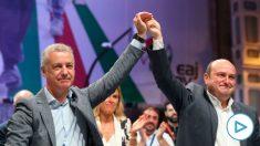 Urkullu (i) y Ortuzar celebrando la victoria del PNV en las elecciones vascas del 12-J. (Foto: Efe)