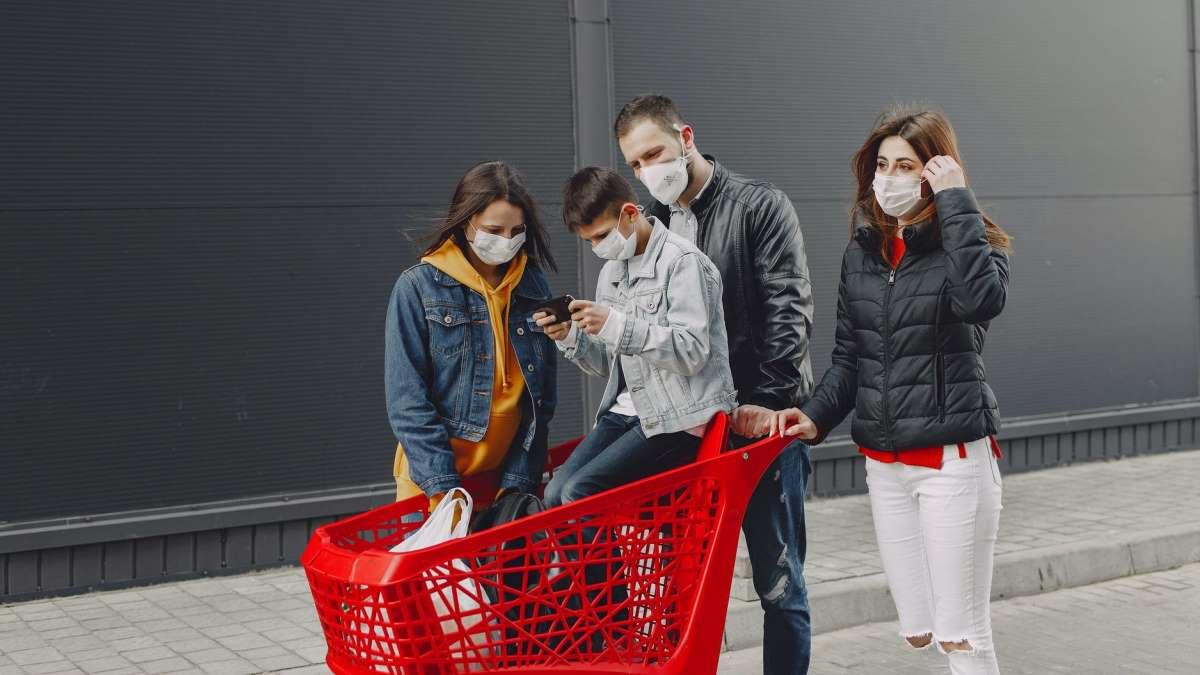 La mascarilla es ya obligatoria en gran parte del país aunque se guarde la distancia de seguridad