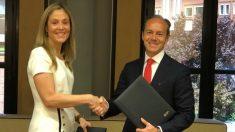 Emma Navarro, vicepresidenta de BEI, y Rami Aboukhair, CEO de Santander España (Europa Press)