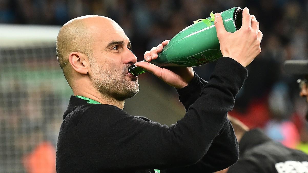 Pep Guardiola bebe agua en un partido con el Manchester City. (AFP)