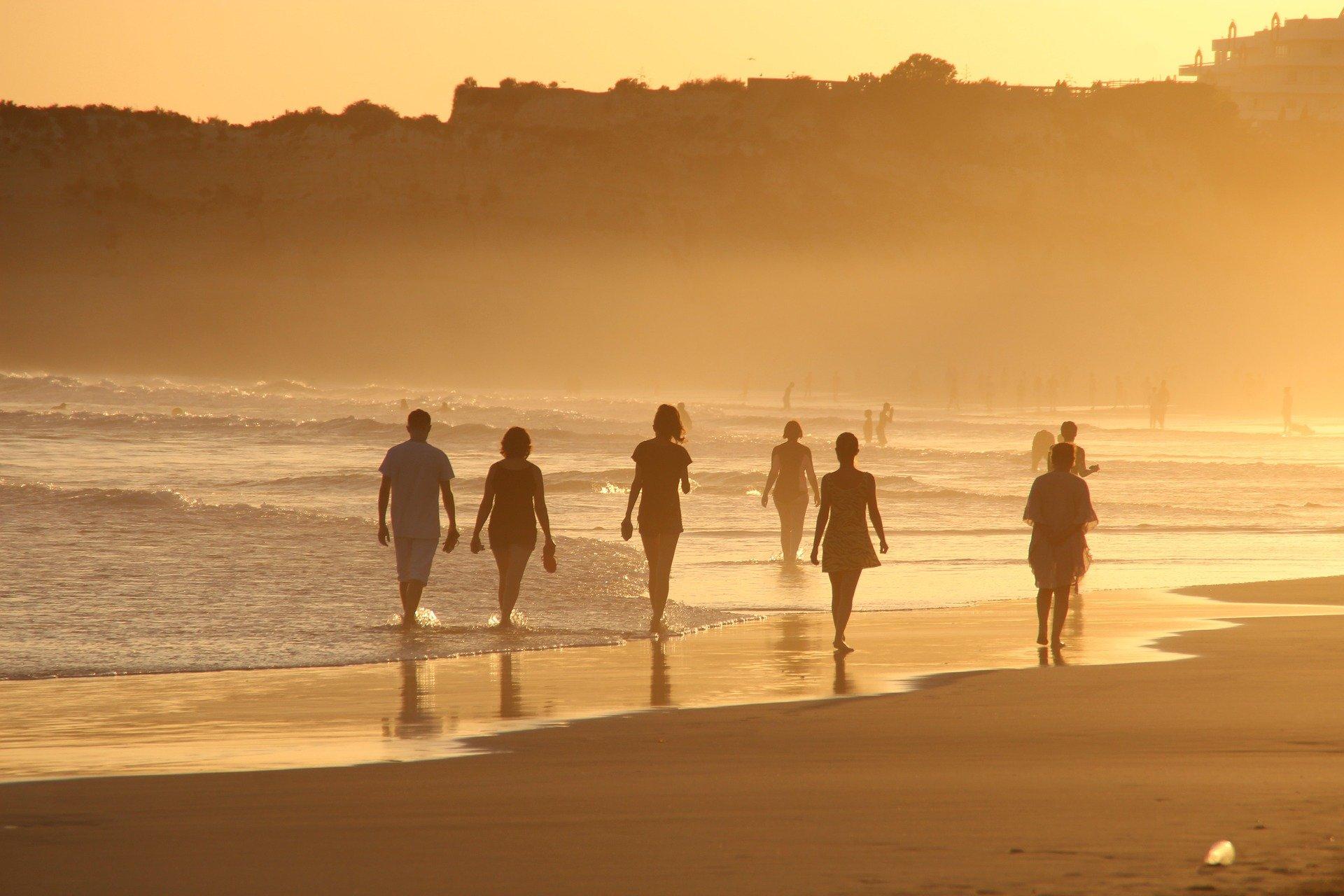 Los múltiples beneficios que supone andar en la playa para tu salud