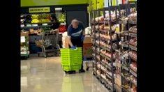 Facebook: Un trabajador de un supermercado limpia los carritos con unos buenos escupitajos