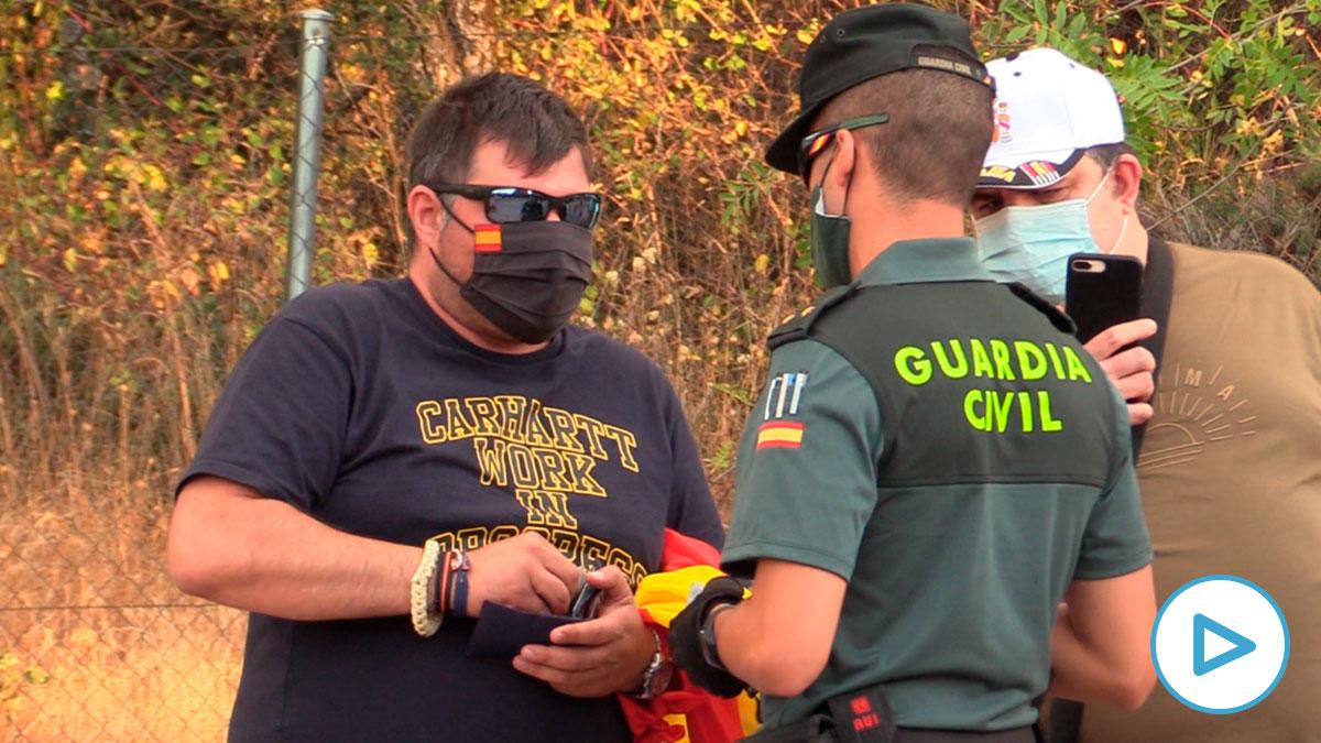 La Guardia Civil identifica a uno de los vecinos.