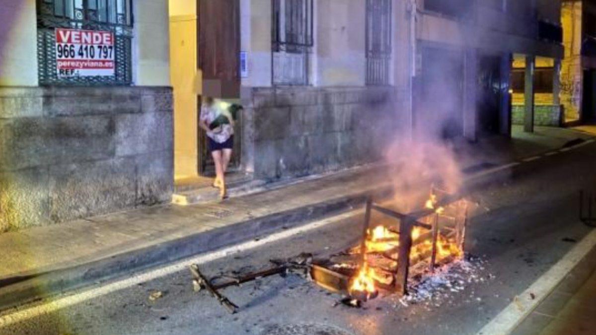 Un sofá arrojado durante el incendio en Alicante. (Foto: Bomberos Alicante)