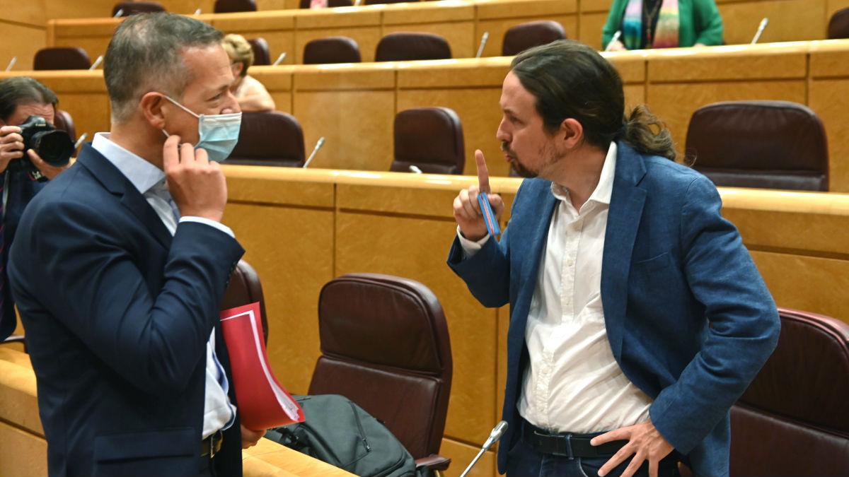 El vicepresidente segundo del Gobierno y líder de Unidas Podemos, Pablo Iglesias (d), conversa con el portavoz del Grupo Socialista en el Senado, Ander Gil, antes de la sesión de control en el Senado. (Foto: Efe)