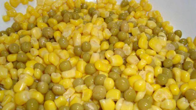 Platos con maíz de lata