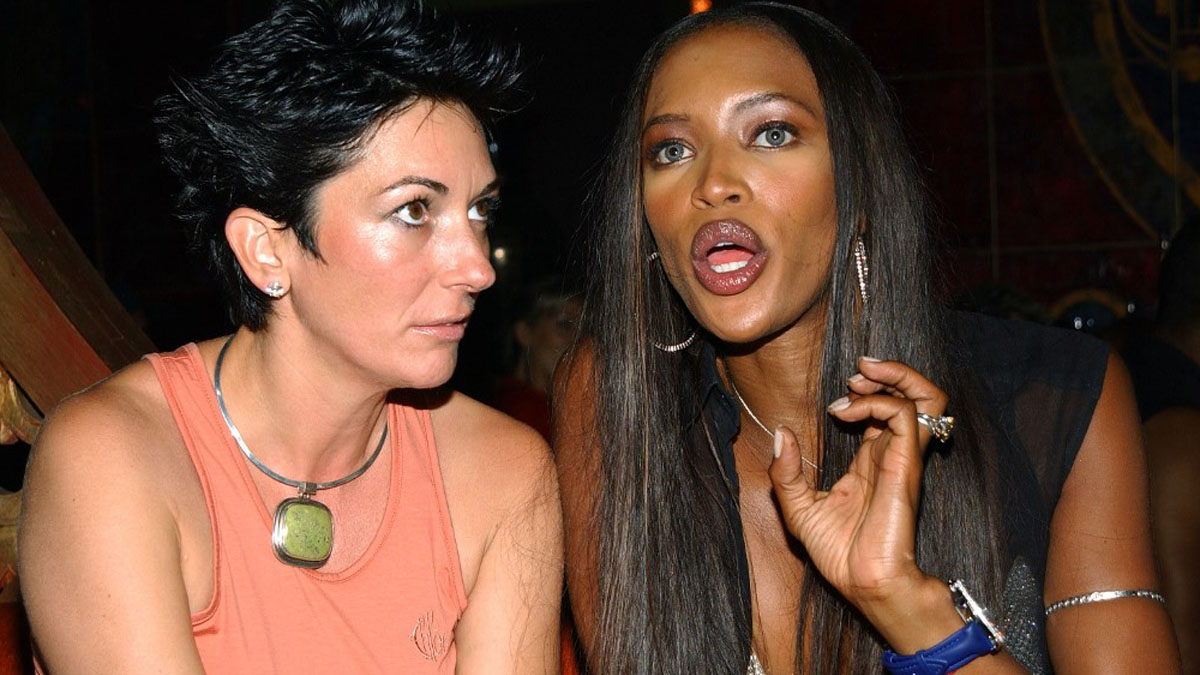 Ghislaine Maxwell, exnovia y presunta cómplice del difunto magnate Jeffrey Epstein, con la modelo Naomi Campbell. Foto: AFP
