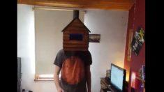 Facebook: Un hombre reclama su derecho de salir a la calle con una caseta de madera en la cabeza
