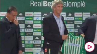 Alexis, junto a Pellegrini en su presentación.