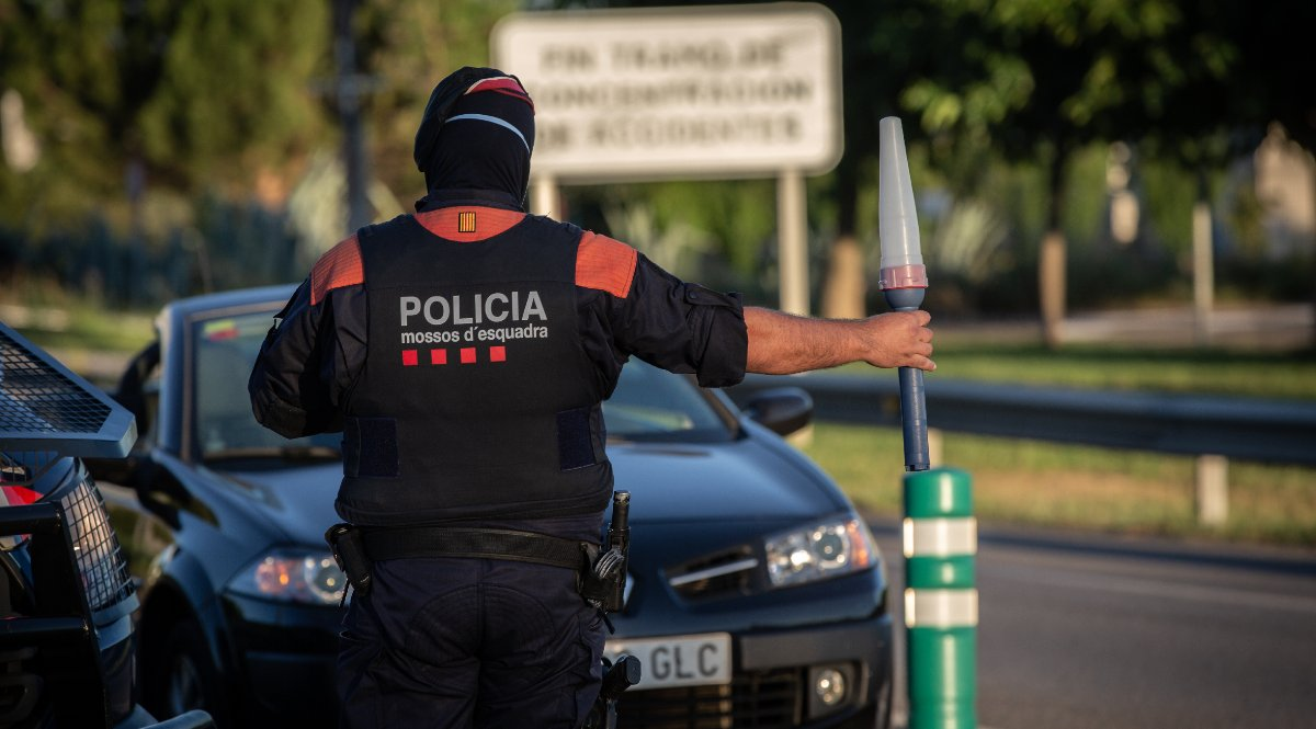 Un Mosso d'Esquadra controla el acceso a la A2 dirección Barcelona en Lérida. Foto: EP