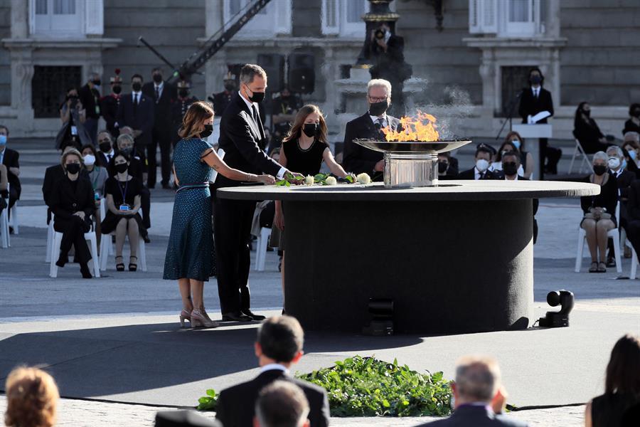 El Rey Felipe VI junto a la Reina Letizia y la princesa Leonor y la infanta Sofía depositando una rosa blanca en memoria de las víctimas mortales del coronavirus en España. Foto: EFE