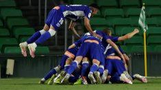 Los jugadores del Alavés celebran un gol ante el Betis. (EFE)