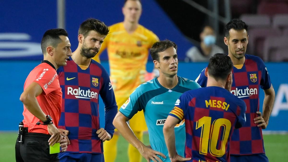 Piqué ve amarilla ante Osasuna. (AFP)