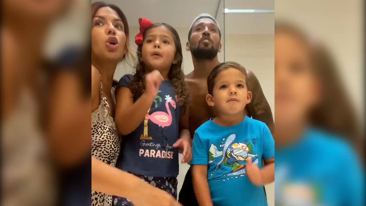Tamara Gorro y Garay, bailando con sus hijos.
