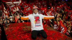 Marc Márquez celebrando su séptimo campeonato del mundo, el quinto en MotoGP. (AFP)