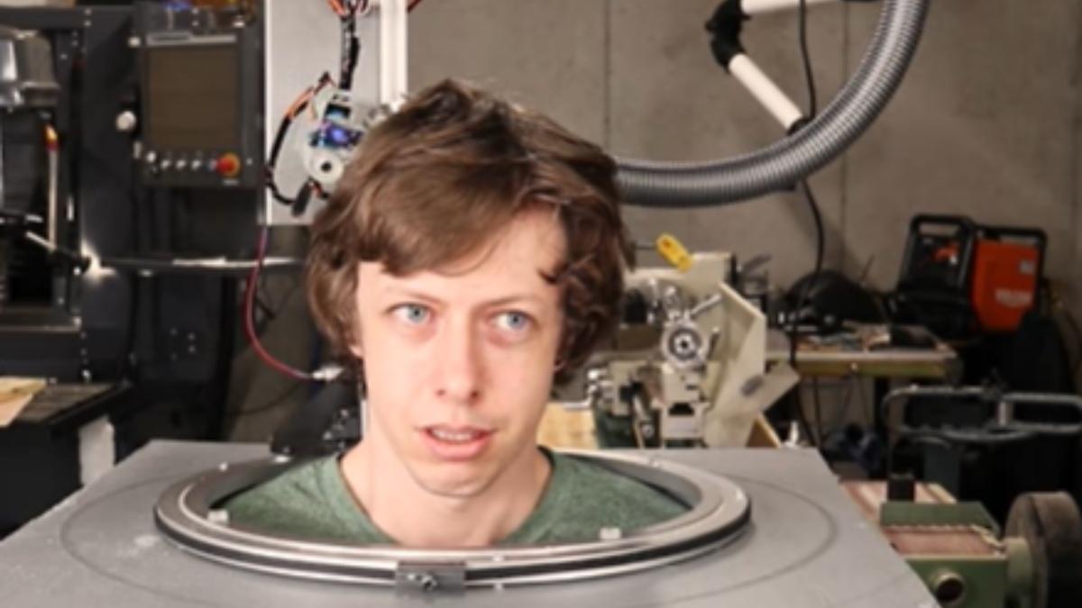 YouTube: Crea un robot casero para que le corte el pelo
