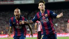 Messi celebra un gol junto a Dani Alves en el Barcelona. (AFP)