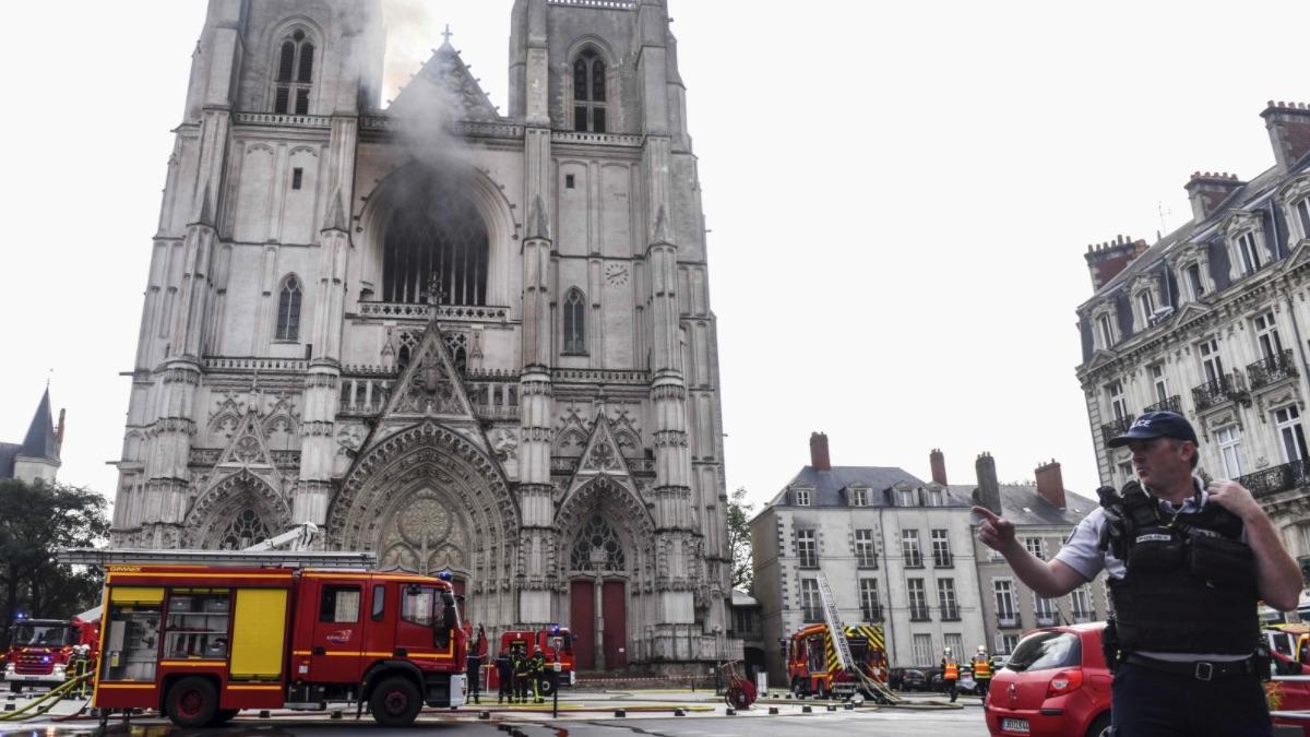 Efectivos de Bomberos y Policía en el incendio en la catedral de Nantes. (Foto: EP AFP)