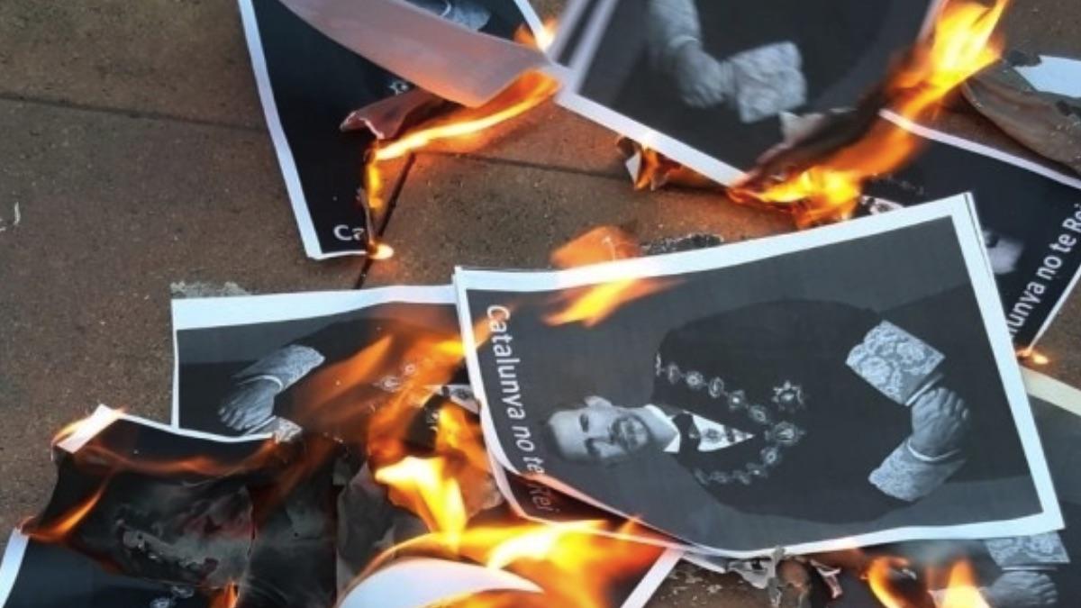 Fotos del Rey quemadas por grupos CDR.