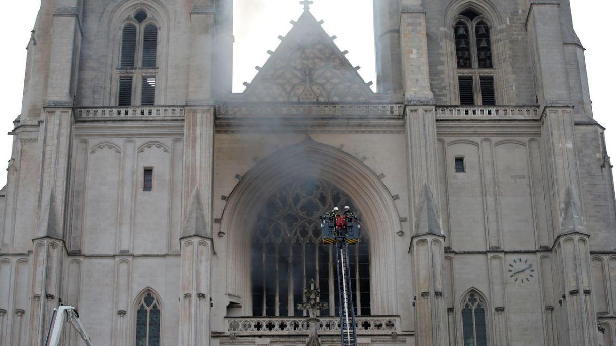La catedral de Nantes ha sufrido un aparatoso incendio en la mañana de hoy