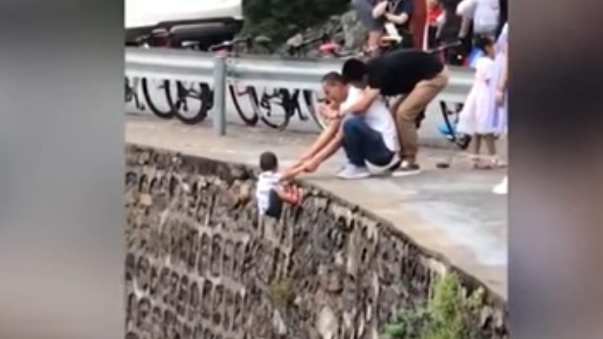YouTube: Pone en peligro a su hijo para hacerle un selfie en un acantilado