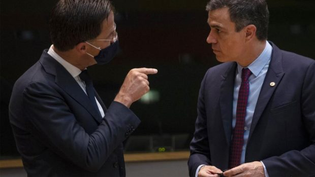 Pedro Sánchez, sin mascarilla, junto a Mark Rutte