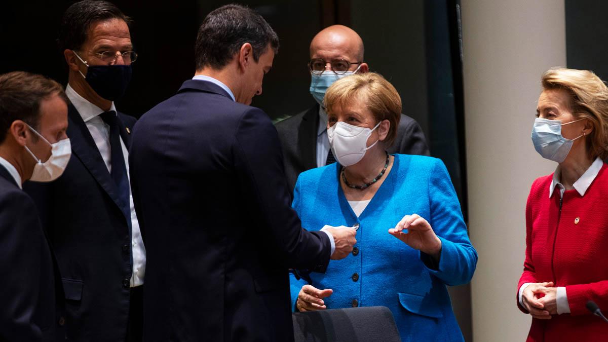 Pedro Sánchez, sin mascarilla, rodeado de líderes europeos que sí la llevan (Foto: AFP)