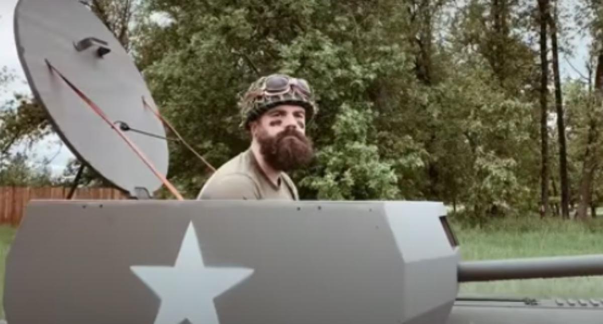 YouTube: Un jardinero transforma su cortacésped en un tanque con un cañón que dispara patatas
