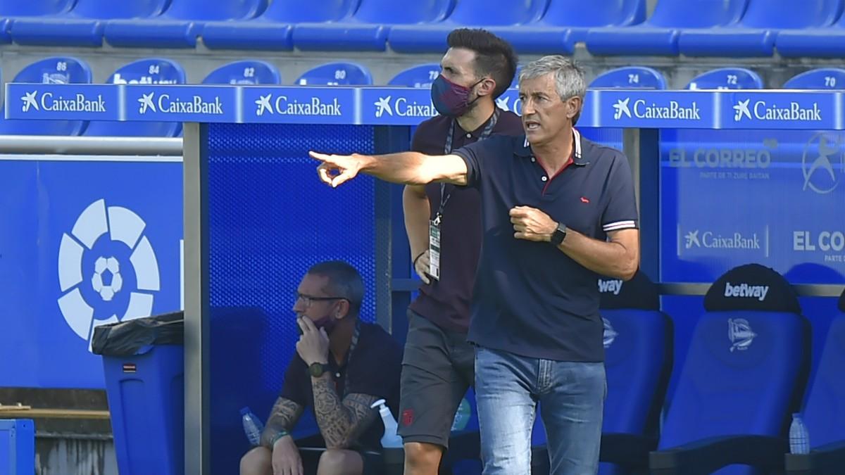 Quique Setién da instrucciones durante el Alavés-Barcelona. (AFP)